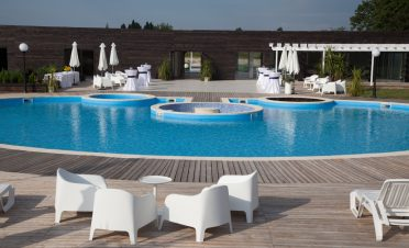 Locatie evenimente corporate in natrua, piscina, padure